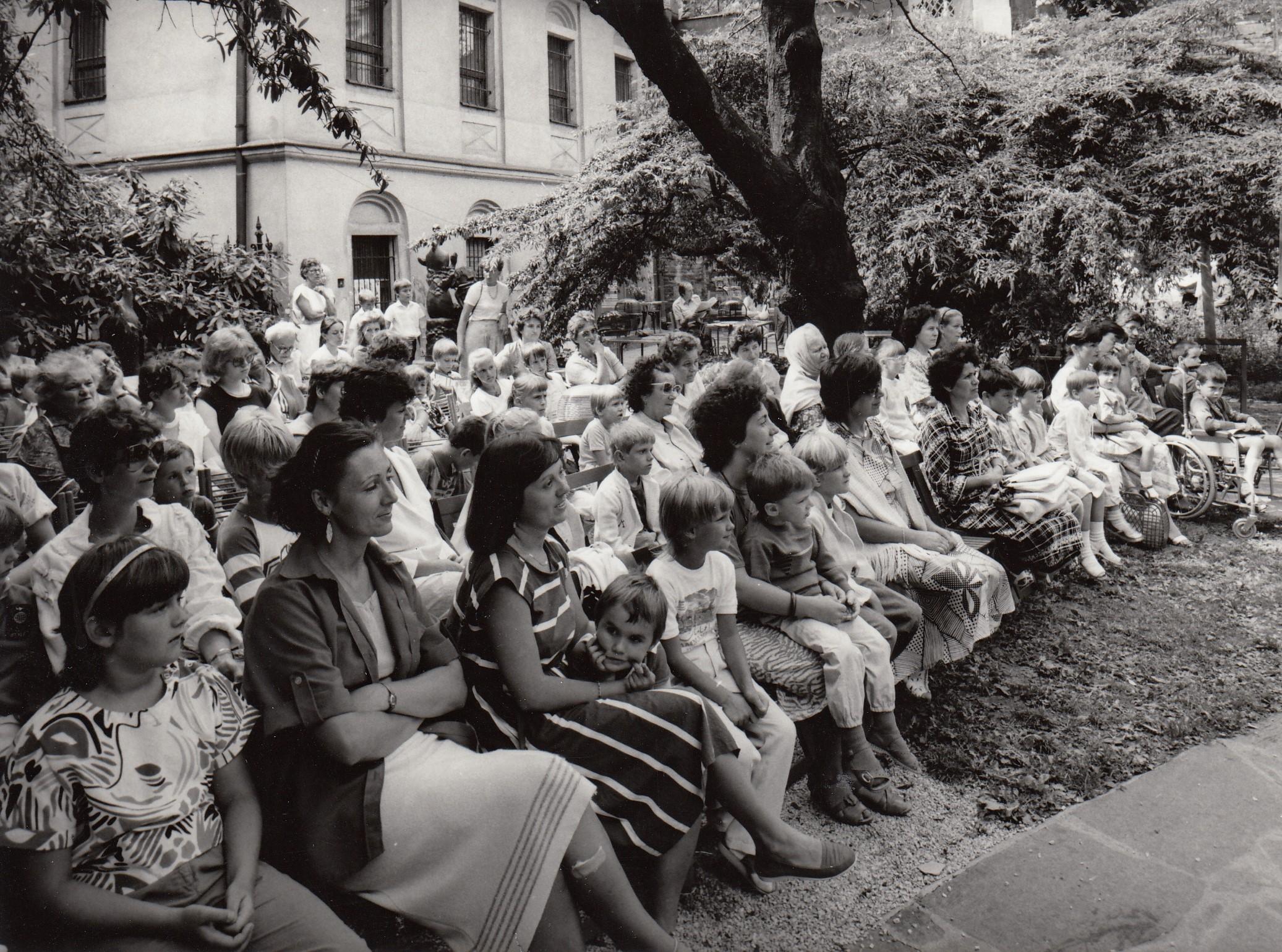 Na fotke zo sedemdesiatych rokov sedí publikum včitárni Učerveného raka. Sú to prevažne ženy smalými deťmi.