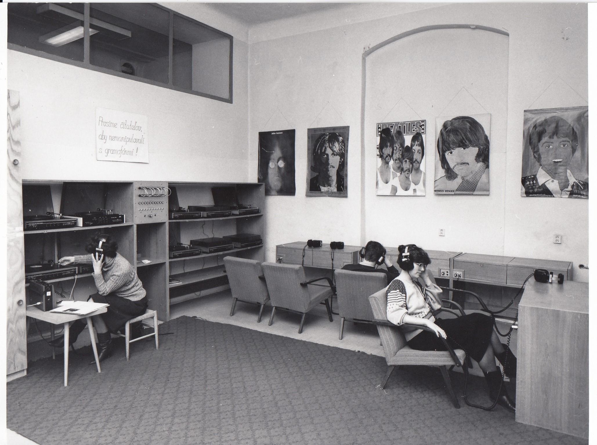 Fotografia zosemdesiatych rokov zobrazuje mladých ľudí počúvajúcich gramofónové platne cez slúchadlá. Na stenách miestnosti sú plagáty The Beatles.